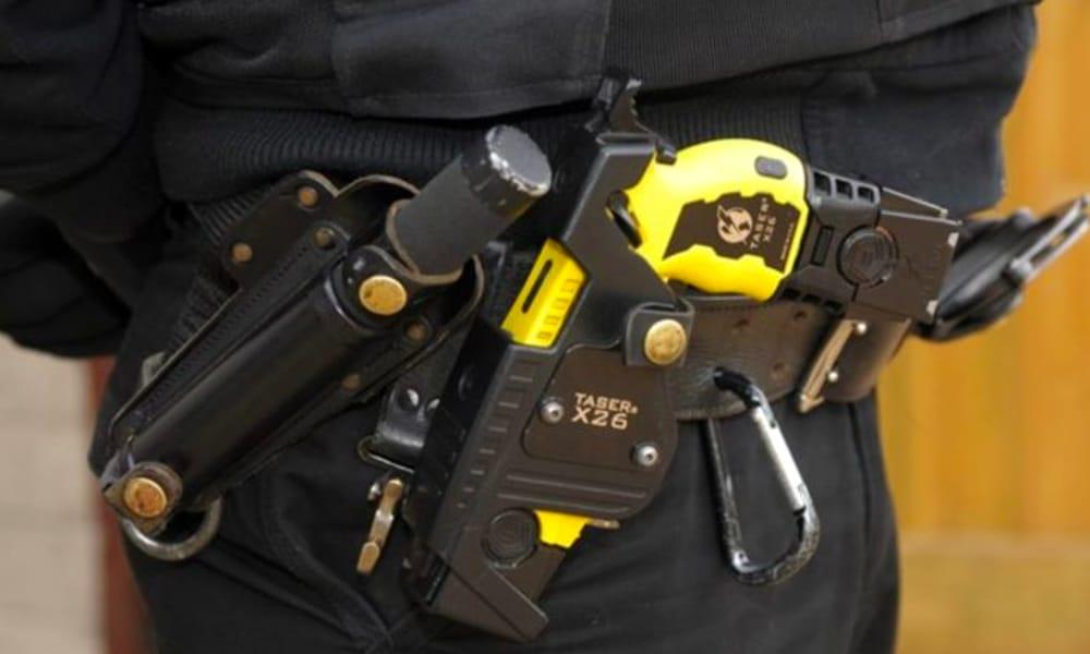 Forza Italia lancia la raccolta firme per il Taser alla polizia locale di Bergamo