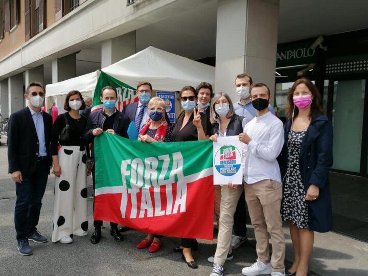 Forza Italia in piazza «È ora di tornare tra la gente»